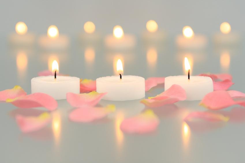 Kerzen mit Rosenblüten